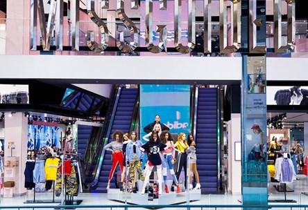 ماركة الأزياء Missguided تدخل في شراكة مع مجموعة أزاديا لإطلاق تجربة فريدة للتسوّق في الشرق الأوسط